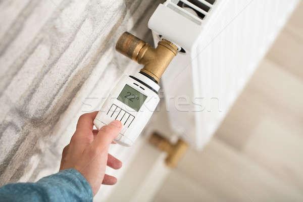 Stock fotó: Személy · hőmérséklet · termosztát · személyek · kéz · radiátor