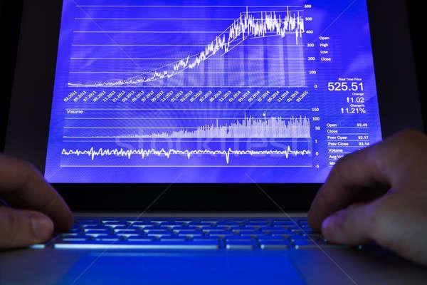 Mão humana usando laptop estoque gráficos tela negócio Foto stock © AndreyPopov