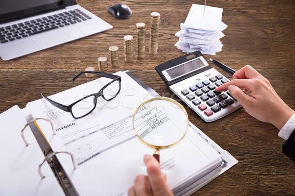 ストックフォト: ビジネスパーソン · 法案 · 虫眼鏡 · クローズアップ · 手 · 職場