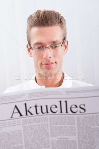 Leitura jornal manchete homem atual notícia Foto stock © AndreyPopov