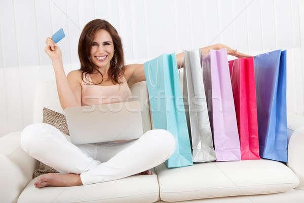 Foto stock: Sorridente · feminino · compras · on-line · mulher · jovem · sessão