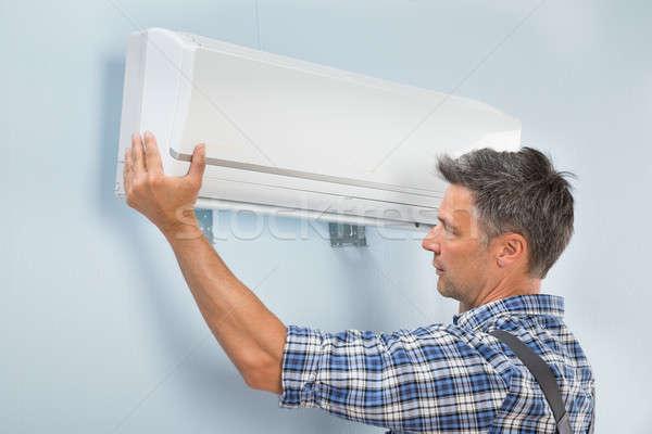 Férfi technikus megjavít légkondicionáló portré fal Stock fotó © AndreyPopov