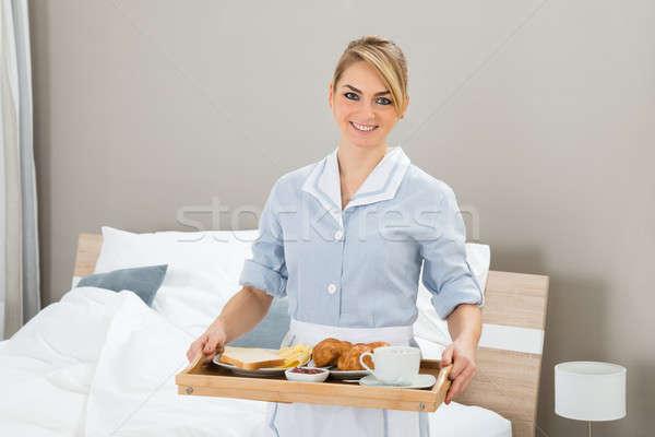 Foto stock: Empregada · café · da · manhã · bandeja · feliz · quarto · de · hotel