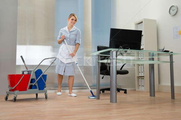 Soubrette bureau jeunes heureux Homme nettoyage Photo stock © AndreyPopov