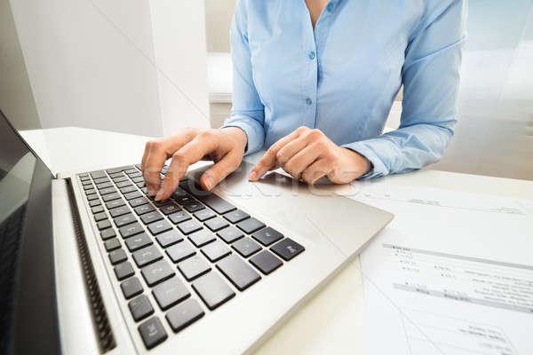 女性実業家 入力 ノートパソコンのキーボード クローズアップ デスク ビジネス ストックフォト © AndreyPopov