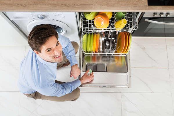 Homem lava-louças sabão comprimido moço detergente Foto stock © AndreyPopov