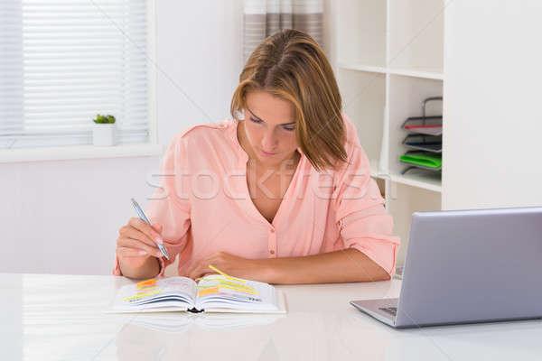 女性 書く スケジュール 日記 若い女性 ノートパソコン ストックフォト © AndreyPopov