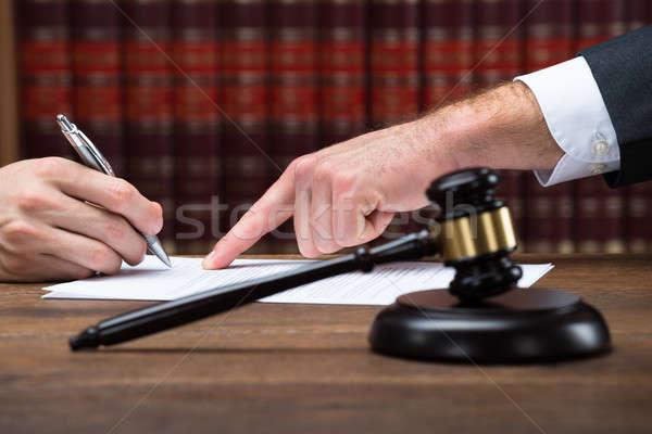 Richter Client Zeichen rechtlichen Dokument Gerichtssaal Stock foto © AndreyPopov
