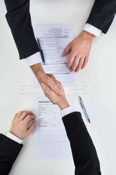 üzletember kézfogás férfi jelölt asztal kép Stock fotó © AndreyPopov