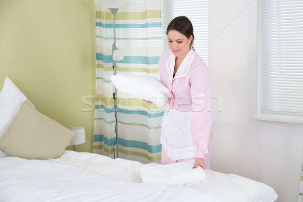 женщины экономка полотенце счастливым комнату домой Сток-фото © AndreyPopov