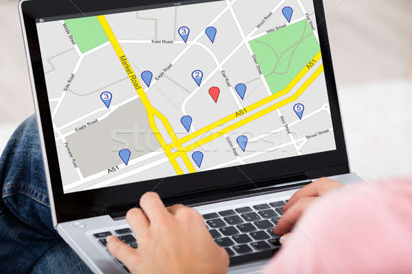 Kobieta GPS Pokaż laptop nawigacja Zdjęcia stock © AndreyPopov