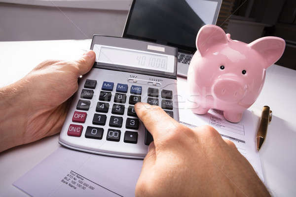 Strony rachunek Kalkulator skarbonka biurko biuro Zdjęcia stock © AndreyPopov