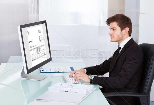 Stock fotó: Fiatal · üzletember · számítógéphasználat · asztal · portré · számítógép