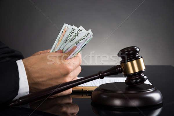 Stock fotó: Közelkép · bíró · bankjegy · asztal · kezek · kalapács