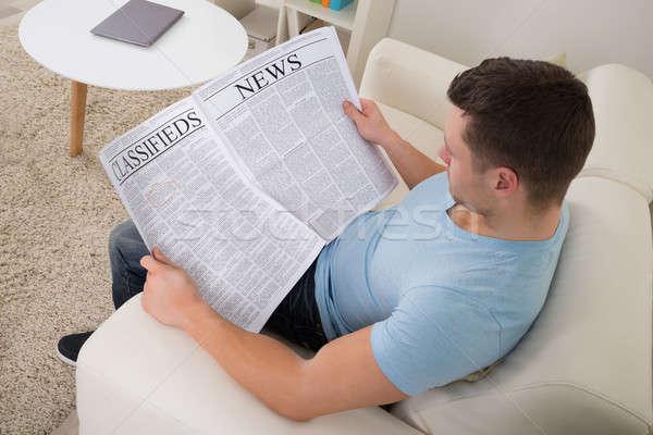 Hombre lectura periódico sofá casa Foto stock © AndreyPopov