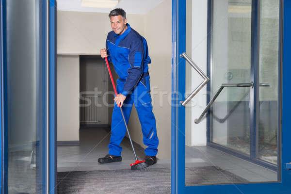 Maduro trabajador escoba limpieza piso Foto stock © AndreyPopov