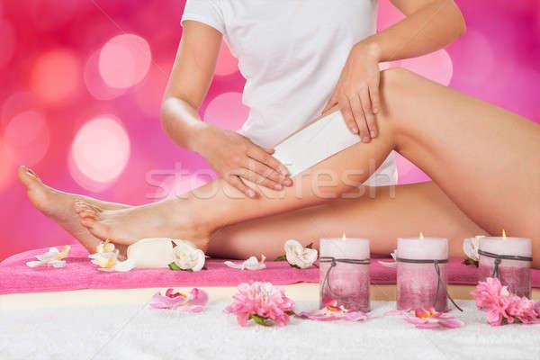 Ontharing been salon wax bloem hand Stockfoto © AndreyPopov