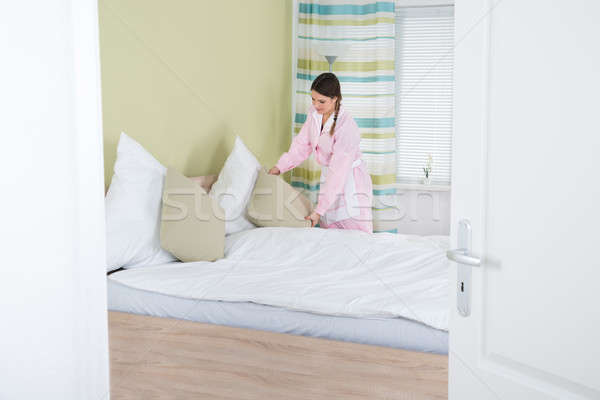 женщины экономка кровать молодые комнату Сток-фото © AndreyPopov