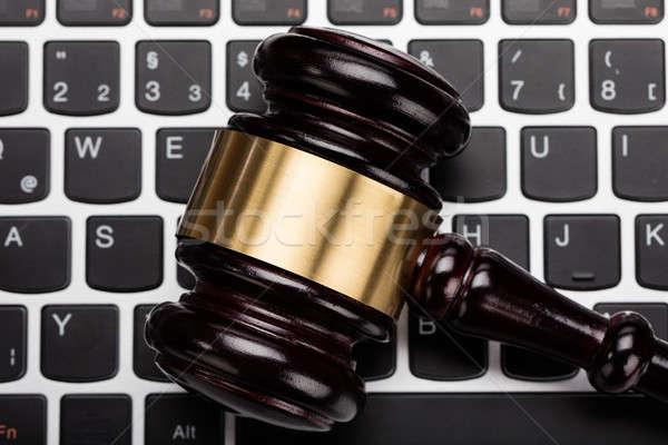 ストックフォト: 裁判官 · 小槌 · ノートパソコンのキーボード · クローズアップ · 木製 · ビジネス