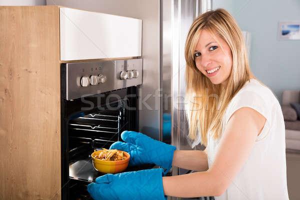 Gelukkig vrouw oven jonge magnetronoven Stockfoto © AndreyPopov