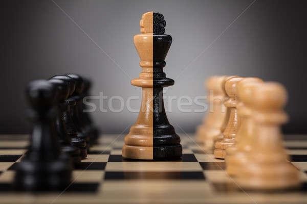 Rey tablero de ajedrez negro marrón ajedrez Foto stock © AndreyPopov