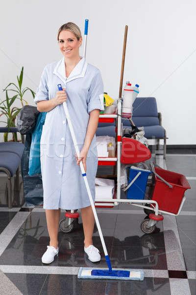 Młodych pokojówka czyszczenia piętrze szczęśliwy biuro Zdjęcia stock © AndreyPopov
