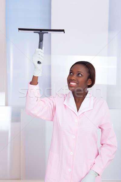 Huishoudster schoonmaken glas hotel glimlachend afro-amerikaanse Stockfoto © AndreyPopov