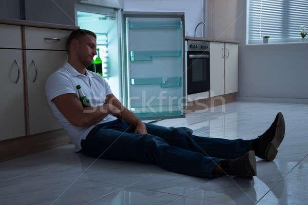 Férfi alszik sörösüveg fiatalember konyha zöld Stock fotó © AndreyPopov