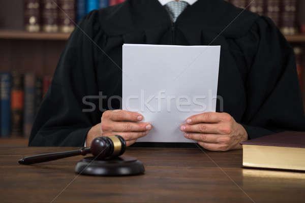裁判官 読む 文書 デスク 法廷 紙 ストックフォト © AndreyPopov