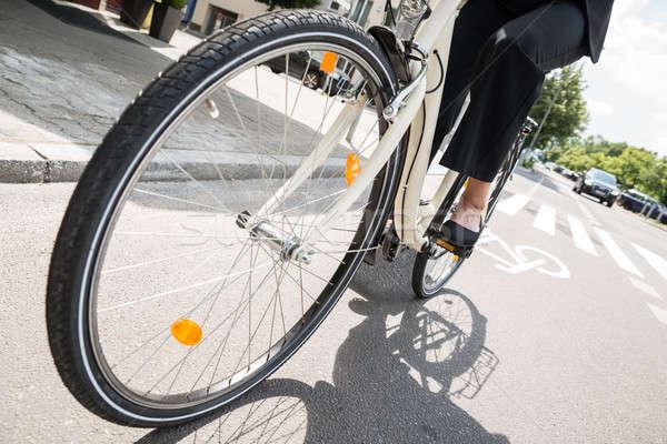 ストックフォト: 女性実業家 · ライディング · 自転車 · 通り · 低い · セクション