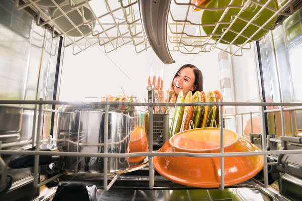 Kadın bakıyor cam bulaşık makinesi genç mutlu Stok fotoğraf © AndreyPopov