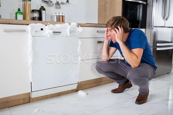 Adam köpük dışarı bulaşık makinesi genç Stok fotoğraf © AndreyPopov