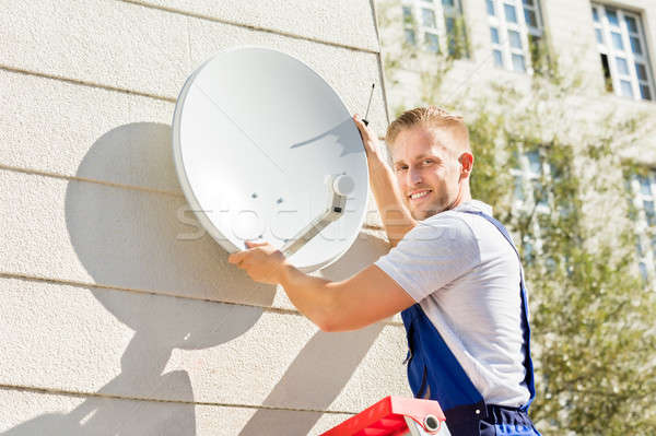 Człowiek telewizja antena satelitarna młody człowiek budynku pracy Zdjęcia stock © AndreyPopov