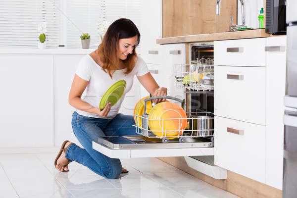 Kadın plakalar bulaşık makinesi mutlu genç kadın ev Stok fotoğraf © AndreyPopov
