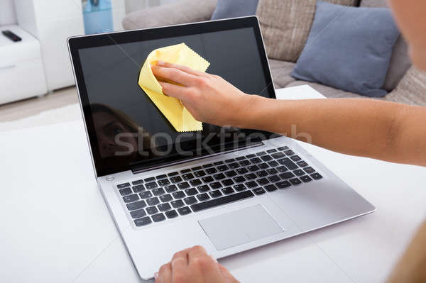 Femme main nettoyage portable écran Photo stock © AndreyPopov