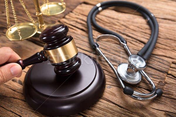 Main stéthoscope justice échelle juge table en bois Photo stock © AndreyPopov