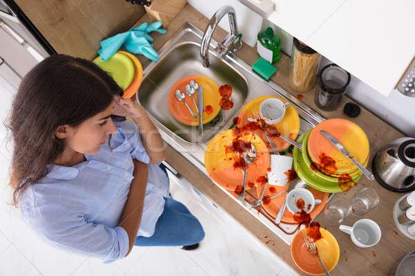 Mulher jovem olhando utensílios ver Foto stock © AndreyPopov