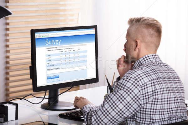 üzletember online felmérés számítógép irodai asztal üzlet Stock fotó © AndreyPopov