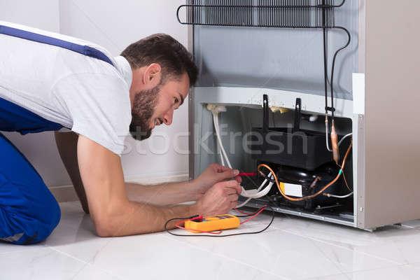 Homme technicien réfrigérateur numérique maison Photo stock © AndreyPopov