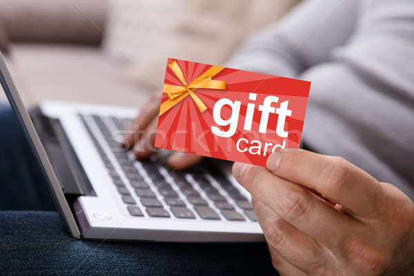 Persona de trabajo portátil tarjeta de regalo primer plano Foto stock © AndreyPopov
