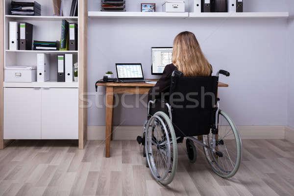 Discapacidad mujer de negocios de trabajo ordenador sesión Foto stock © AndreyPopov
