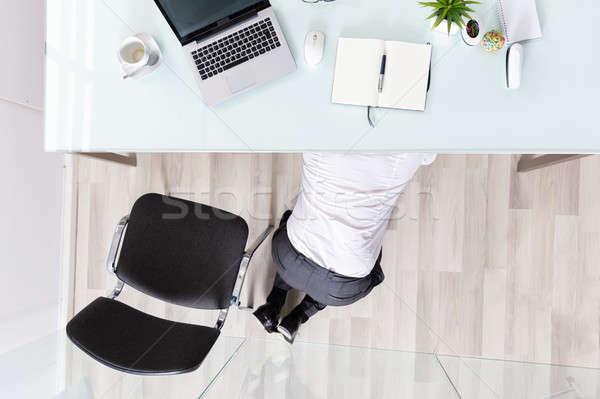 üzletember rejtőzködik asztal magasról fotózva kilátás iroda Stock fotó © AndreyPopov