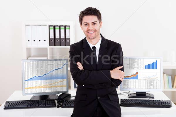 Uśmiechnięty czas pośrednik posiedzenia krawędź biurko Zdjęcia stock © AndreyPopov