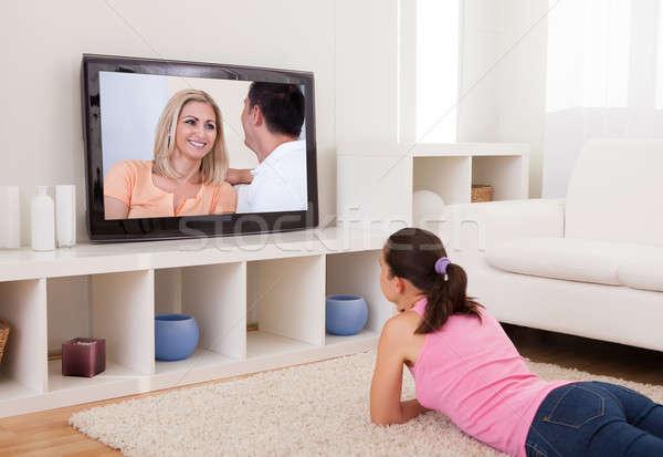Młoda kobieta oglądanie telewizji młodych piękna kobieta salon domu Zdjęcia stock © AndreyPopov