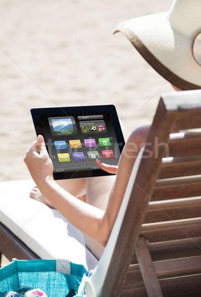 Сток-фото: женщину · цифровой · таблетка · палуба · Председатель · расслабляющая