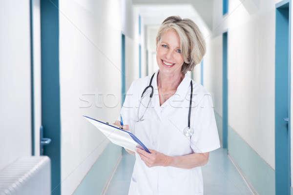 Stok fotoğraf: Kadın · doktor · yazı · notlar · hastane · koridor