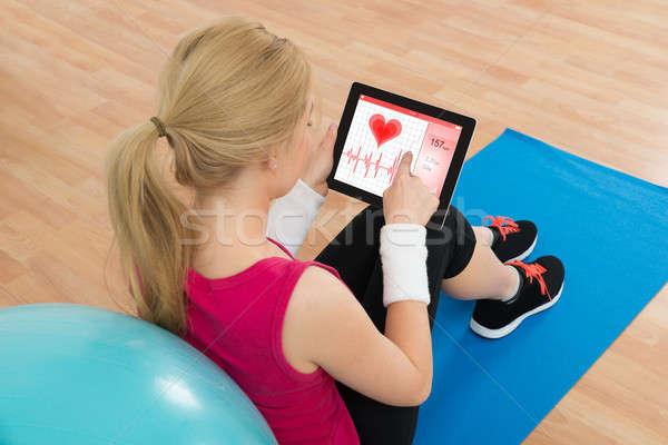 Nő néz szív pulzus gyakoriság digitális Stock fotó © AndreyPopov
