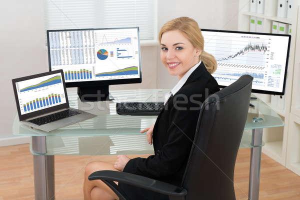 Photo stock: Femme · d'affaires · ordinateurs · écran · graphiques · heureux