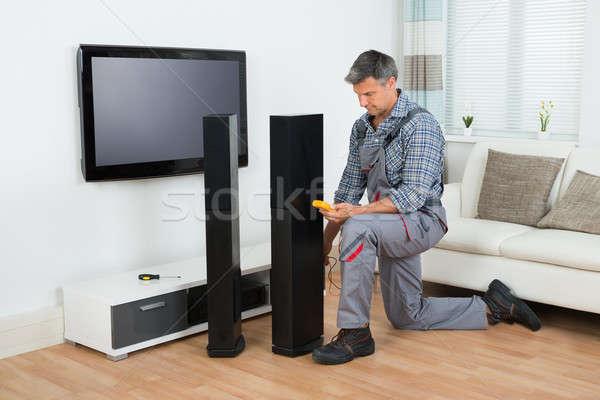 Technikus tv hangszóró teljes alakos ház férfi Stock fotó © AndreyPopov