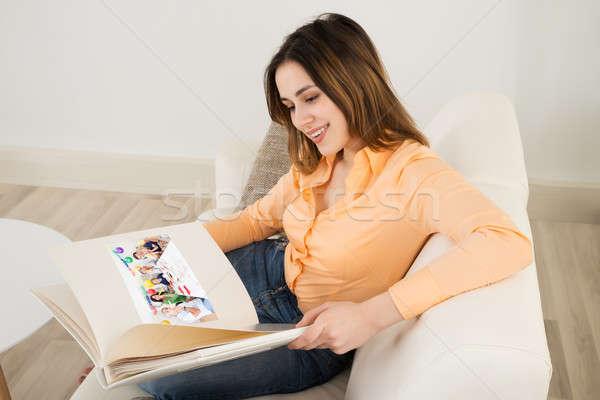 счастливым женщину глядя расслабляющая диван Сток-фото © AndreyPopov